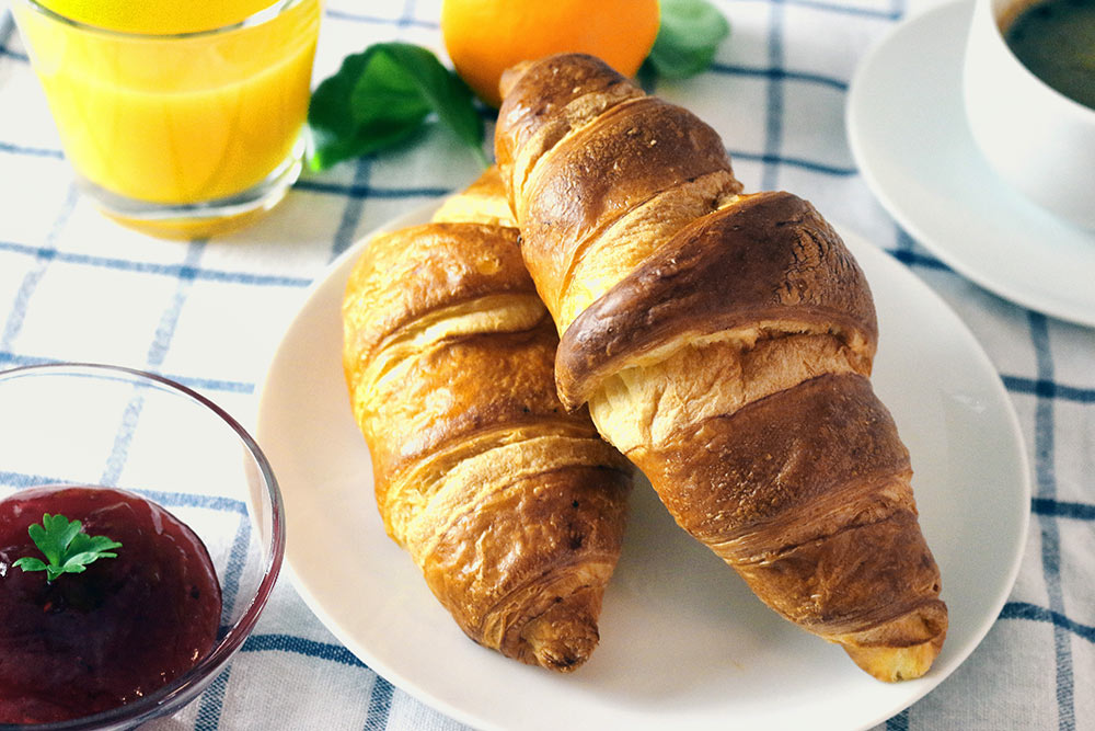 Croissant naśniadanie