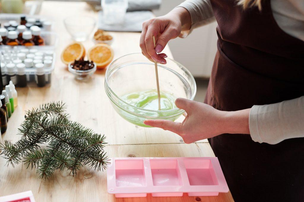 przygotowywanie mydełek świątecznych